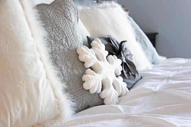 Christmas Master Bedroom {A Pretty Life}